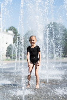 Coup complet de fille à la fontaine
