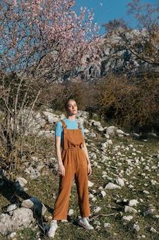 Coup complet jeune femme en combinaison avec des arbres