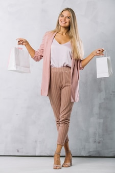 Coup complet jeune femme avec des sacs