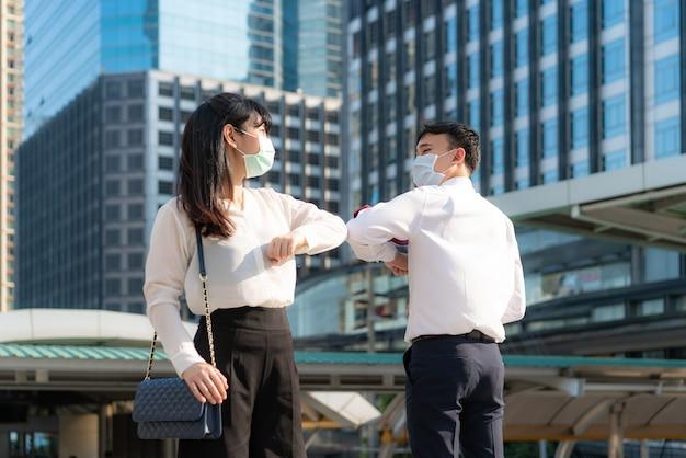 Le coup de coude est une nouvelle salutation originale pour éviter la propagation du coronavirus.