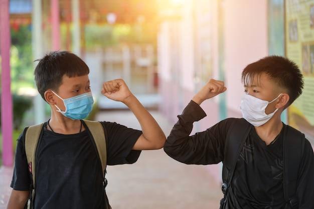 Coup de coudenouveau message d'accueil pour éviter la propagation du coronavirus