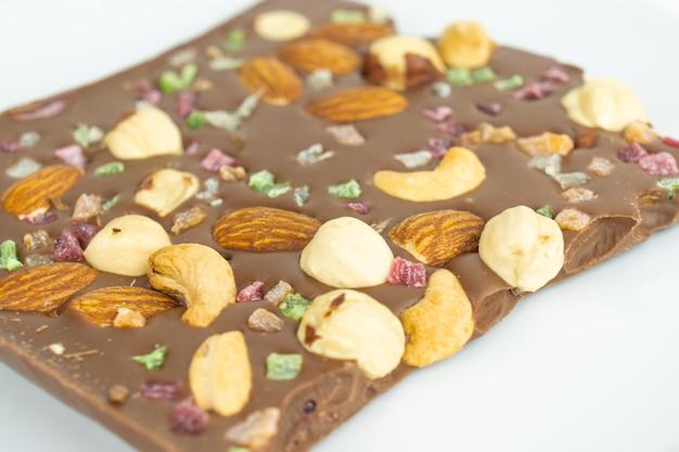 Un coup de dessus d'une épaisse barre de chocolat aux noisettes, aux amandes et aux cacahuètes