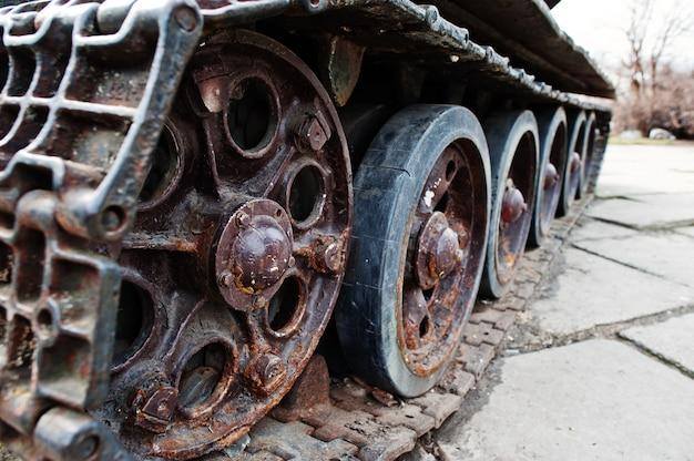 Coup de détail avec vieilles pistes de chars vintage et roues.