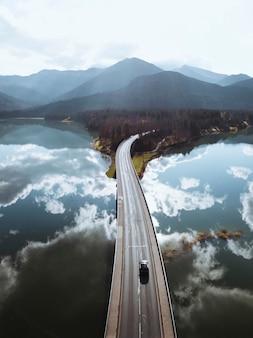 Coup de drone du pont sur le barrage de sylvenstein, allemagne