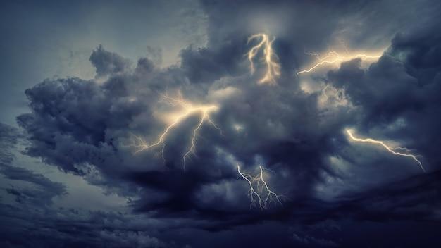 Coup de foudre sur ciel nuageux pendant la nuit