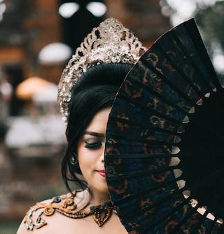 Coup de foyer peu profond d'une belle femelle avec une couronne