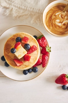 Coup de frais généraux de crêpes végétaliennes avec des fruits au petit déjeuner