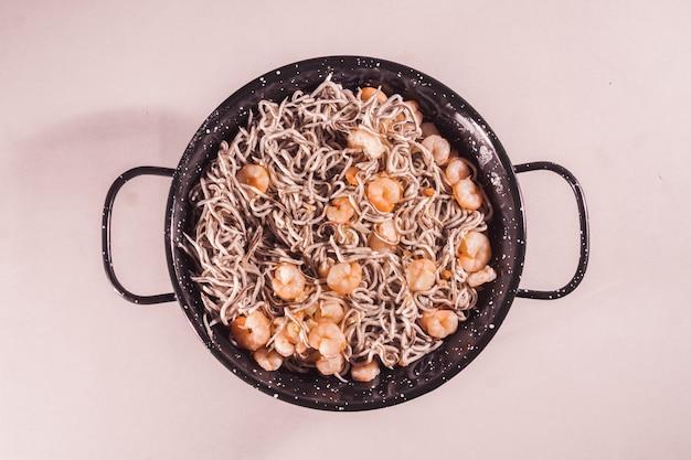 Coup de frais généraux d'une délicieuse assiette d'anguille aux crevettes sur fond blanc