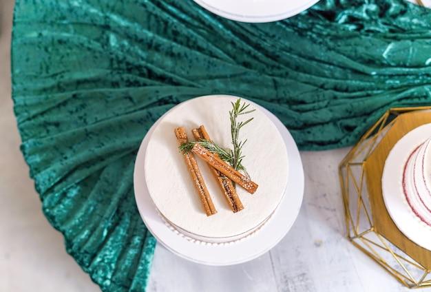 Coup de frais généraux d'un gâteau blanc avec de la cannelle dessus et des drees verts