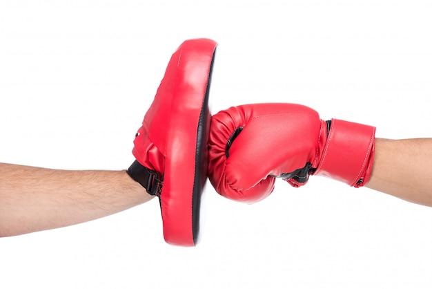 Coup de gros plan d'un boxeur masculin dans les gants de boxe.