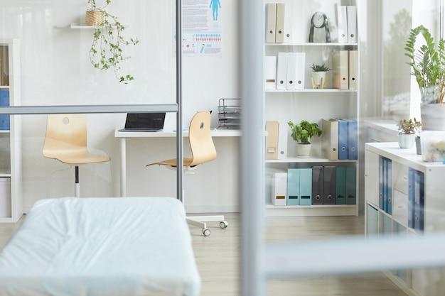 Coup de l'intérieur du bureau du médecin moderne à l'hôpital à la lumière du jour