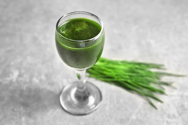 Coup de jus d'herbe de blé en bonne santé sur la table