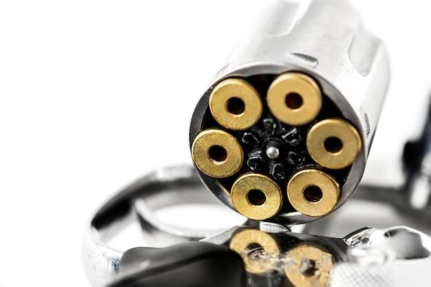 Coup de macro d'arme à feu isolé sur fond blanc