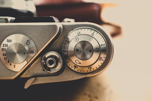 Coup de macro de boutons métalliques et de commandes sur un appareil photo argentique vintage