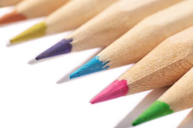 Coup de macro de crayons de couleur en bois