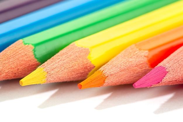 Coup de macro de crayons de couleur isolés.
