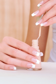 Coup de macro de mains féminines avec émail de bouteille