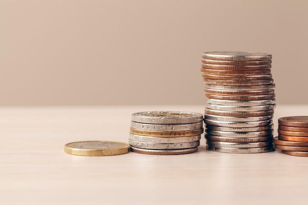 Coup de macro de pièces de monnaie méconnaissables empilés de près