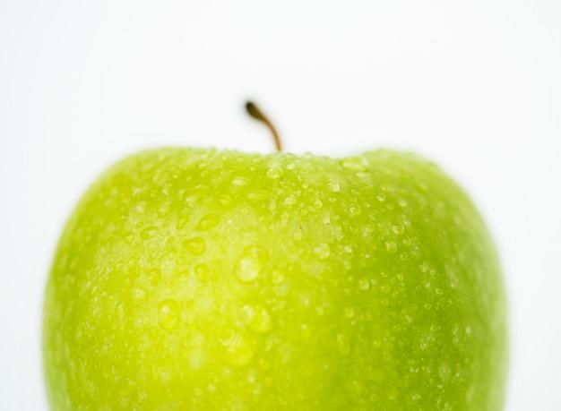 Coup de macro de pomme verte isolé sur fond blanc