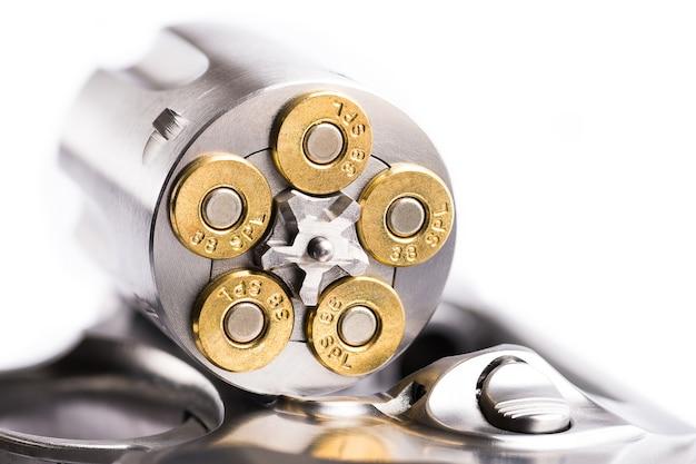 Coup de macro d'un revolver ouvert chargé de balles