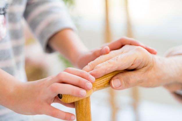 Coup de main pour vieille femme