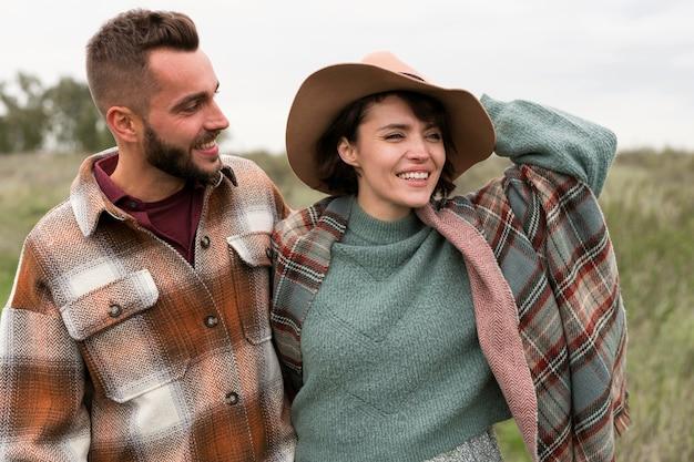 Coup de milieu charmant couple dans la nature