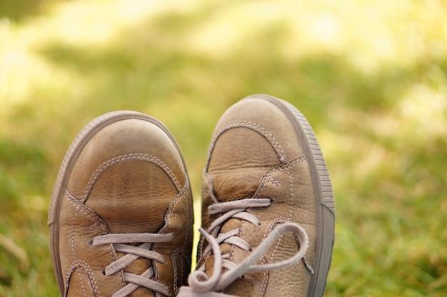 Coup de mise au point peu profonde de chaussures en cuir décontractées marron