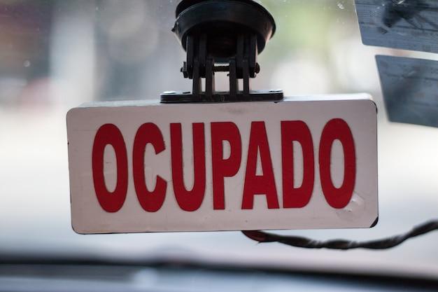 Coup de mise au point peu profonde d'un signe portugais d'occupation