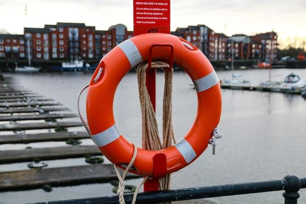 Coup de mise au point sélective d'un anneau de bouée de sauvetage dans un voilier