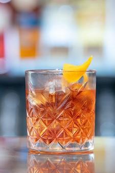 Coup de mise au point sélective de cocktail negroni