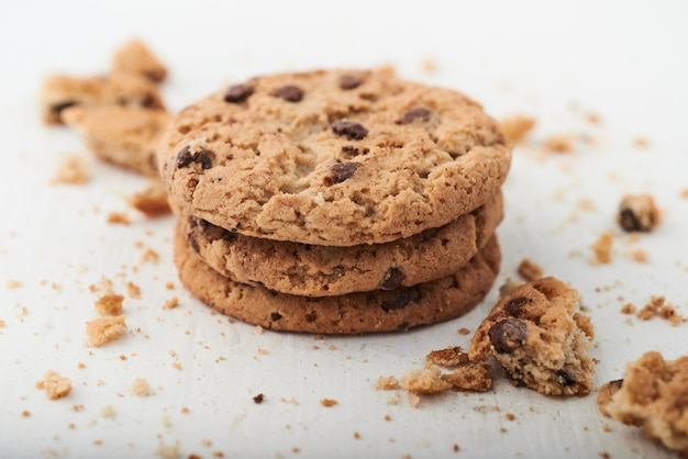 Coup de mise au point sélective de cookies aux pépites de chocolat sur une surface blanche