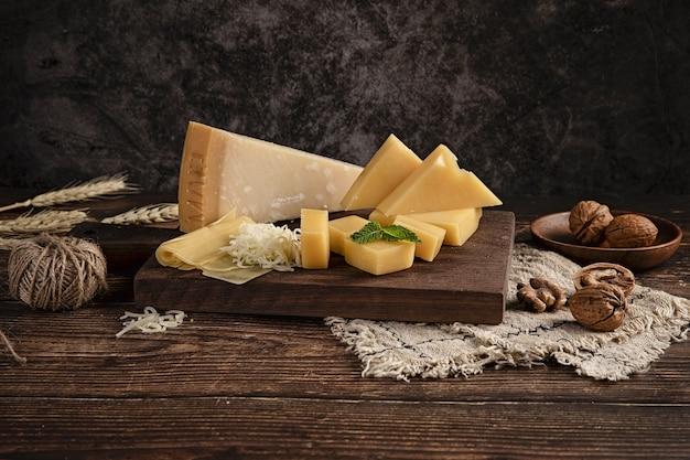Coup de mise au point sélective d'un délicieux plateau de fromages sur la table avec des noix dessus