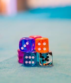 Coup de mise au point sélective de plusieurs dés sur la table