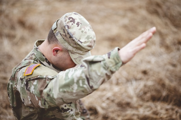 Coup de mise au point sélective d'un soldat américain avec sa main levée au-dessus