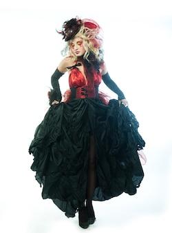Coup de mode de femme dans un style de poupée. maquillage créatif robe fantaisie.