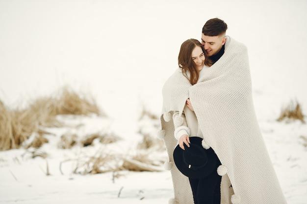 Coup de mode de vie d'un couple marchant dans la forêt enneigée. les gens qui passent des vacances d'hiver à l'extérieur.