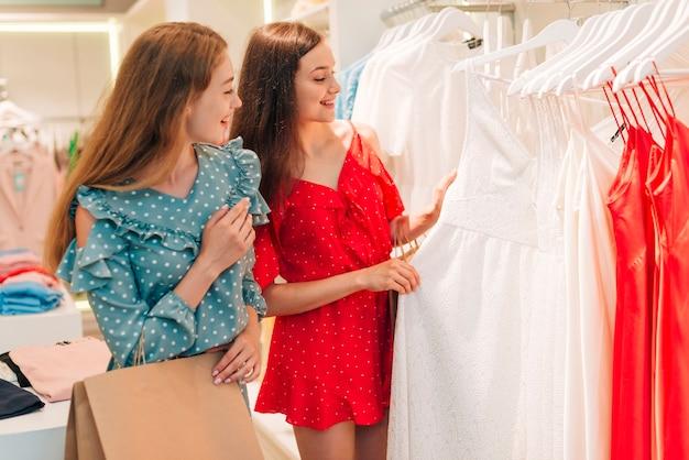 Coup moyen amis vérifiant les vêtements