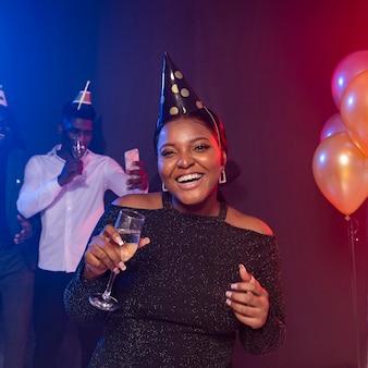 Coup moyen belle femme tenant une coupe de champagne