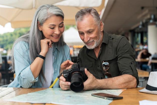 Coup moyen couple avec appareil photo