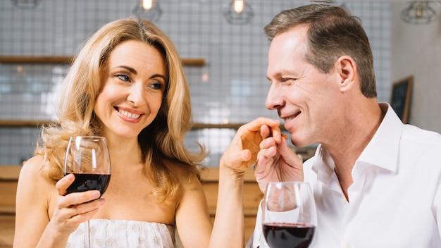Coup moyen de couple au dîner