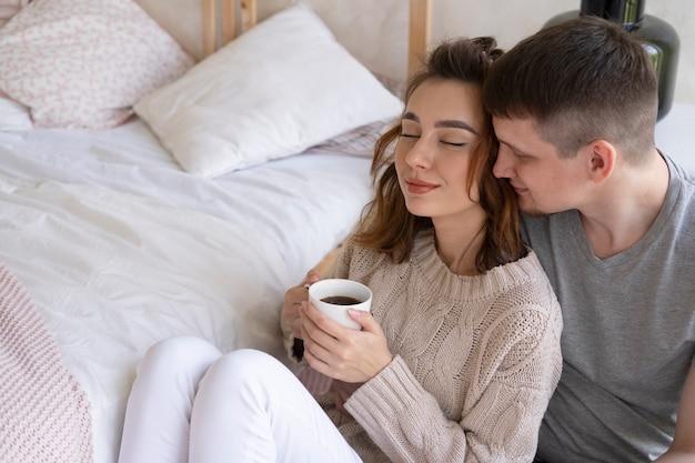 Coup moyen couple avec café
