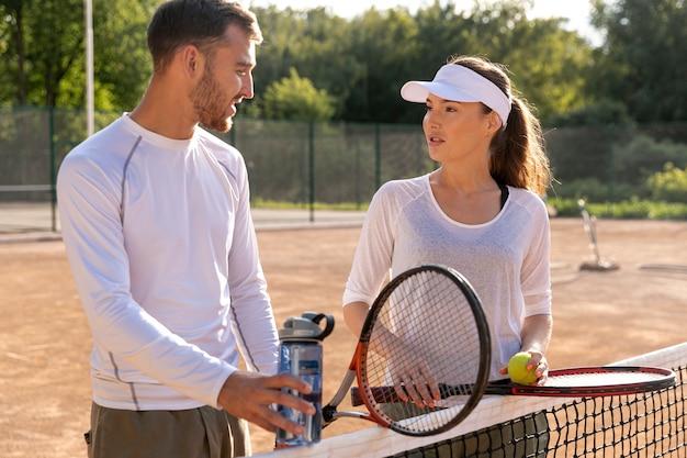 Coup moyen couple sur un court de tennis