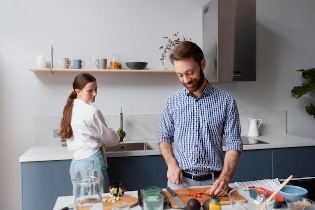 Coup moyen couple cuisinant ensemble