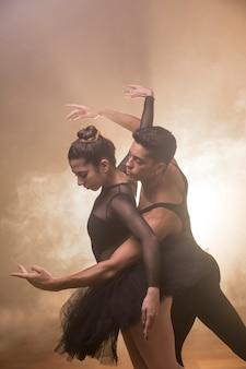 Coup moyen couple dansant