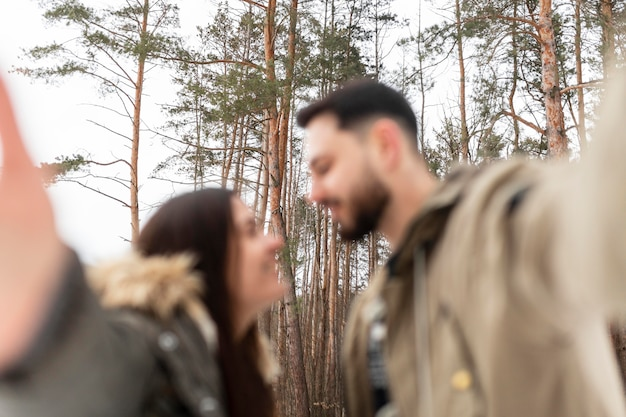 Coup moyen couple flou prenant selfie