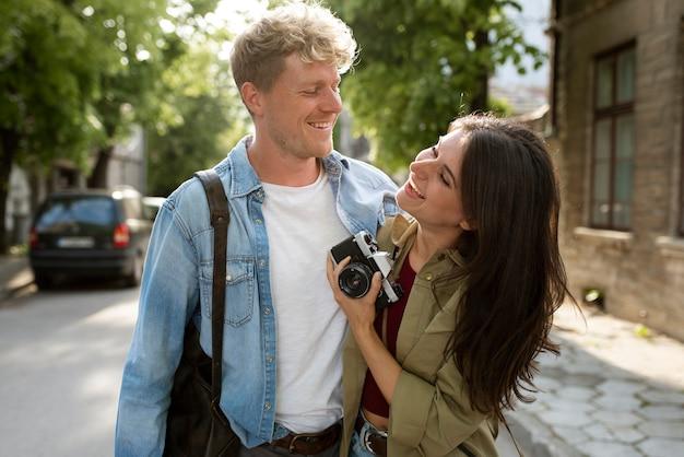 Coup moyen couple heureux avec appareil photo