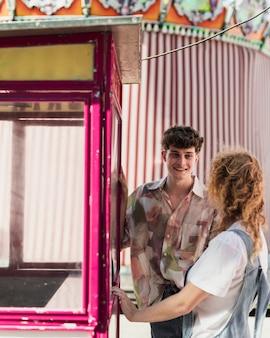 Coup moyen couple heureux au carnaval