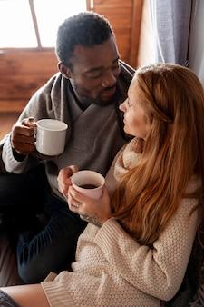 Coup moyen couple heureux avec café