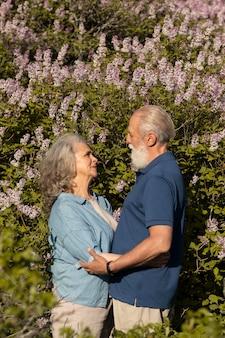 Coup moyen couple heureux dans la nature