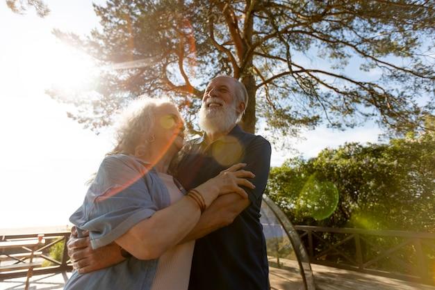 Coup moyen couple heureux à l'extérieur
